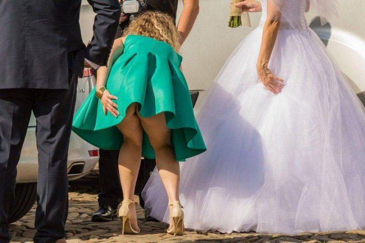 Подружка невесты не удачно наклонилась засветив свою попку