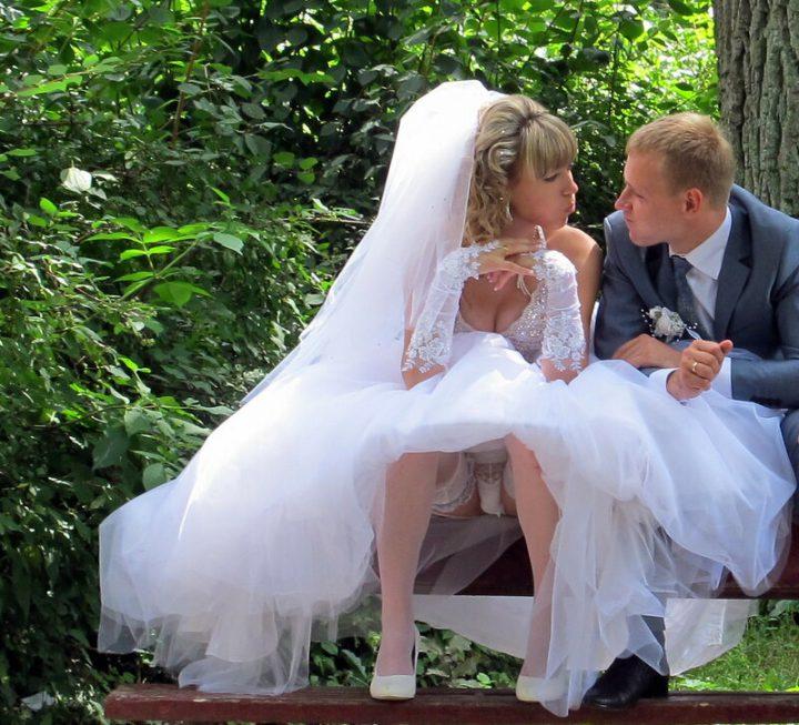 Невеста сидит на скамейке и светит своей промежностью в трусах