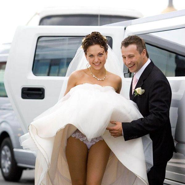 У красивой невесты случайно засветились кружевные белые трусики