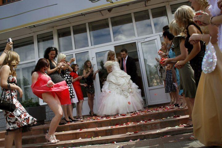 У подружки невесты неожиданно поднялось платье и засветились красные трусы