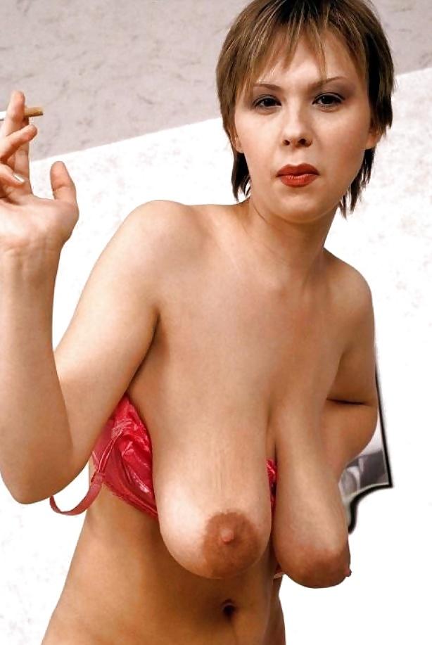Развратная женщина с сигаретой в руках и с голыми висячими сиськами