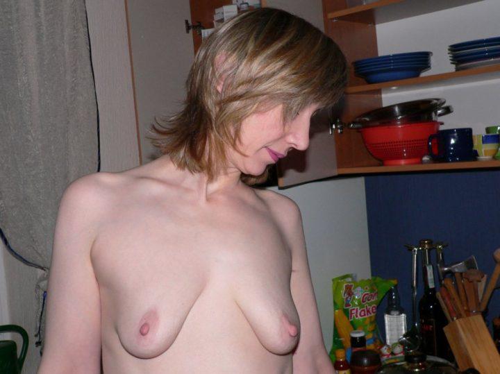 Зрелая женщина на кухне с голыми висячими сиськами