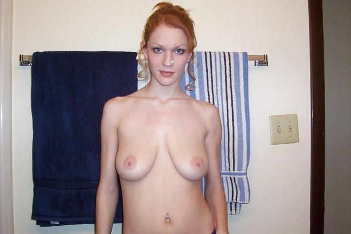 Яркая рыжая девушка в ванной оголила свои висячие сиськи