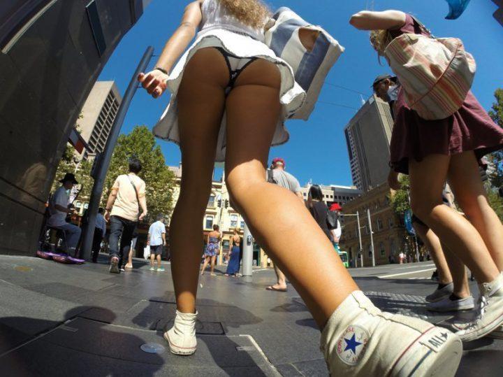 Девушка идет по улице и не видит что е фоткают под юбкой