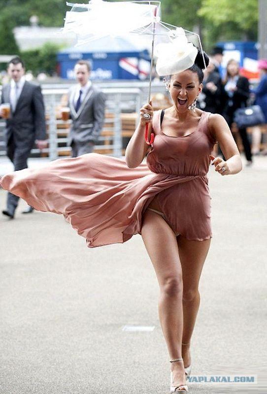 Очень сильный ветер сдул платье девушки и засветил голые бедра