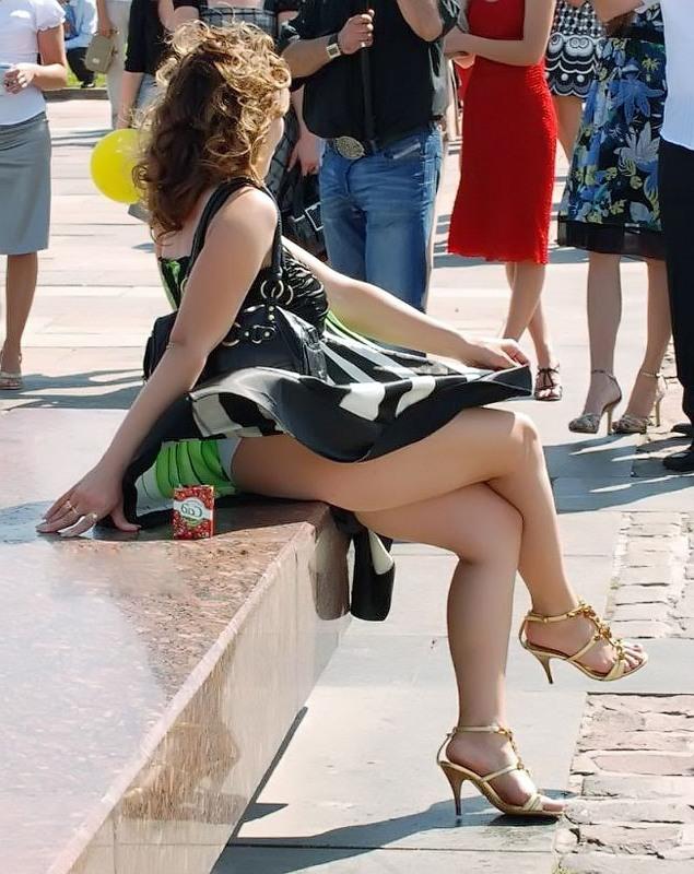 Девушка не может удержать легкое платье и видно ее нижнее белье