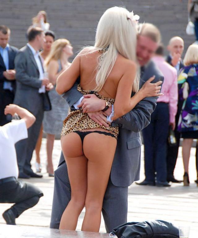 Мужчина поднял молодую блондинку случайно засветив ее круглую попу