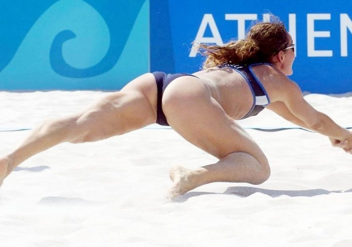 Волейболистка так страстно играла что плавки застряли в накаченной попе