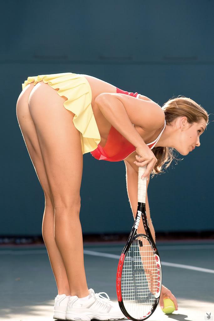 Теннисистка низко наклонилась и засветила голую попу