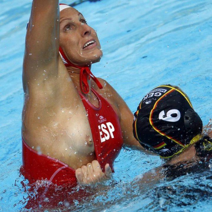 У спортсменки во время игры соперница схватила за купальник и оголила сиську