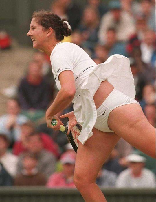 Теннисистка во время игры случайно оголила свои бедра