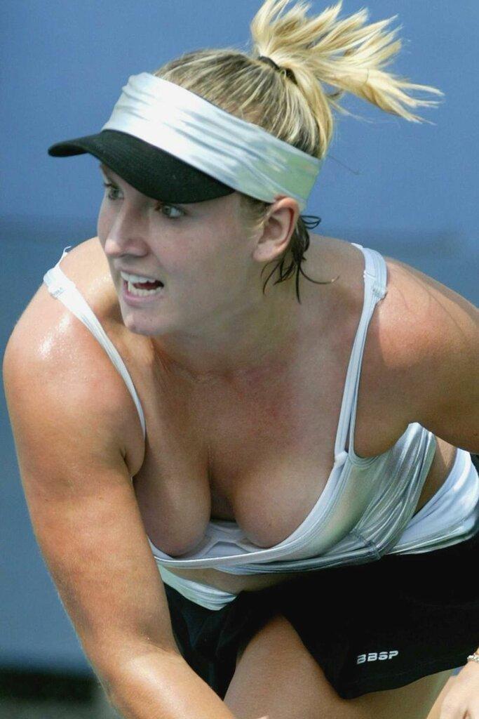 Во время игры у теннисистки вывалились сиськи