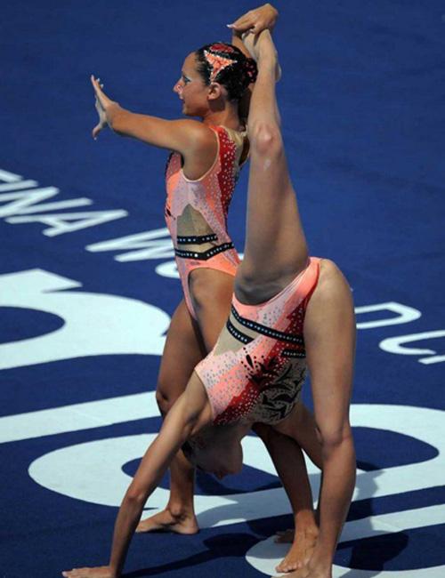 Девушка гимнастка не очень удачно выполнила элемент и засветила попу