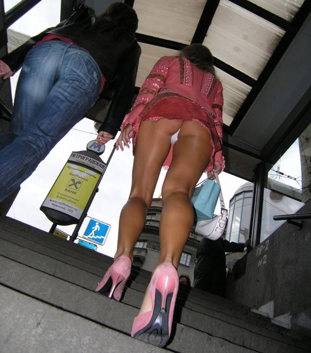 Девушка выходит из метро в очень короткой юбке и светит белыми стрингами