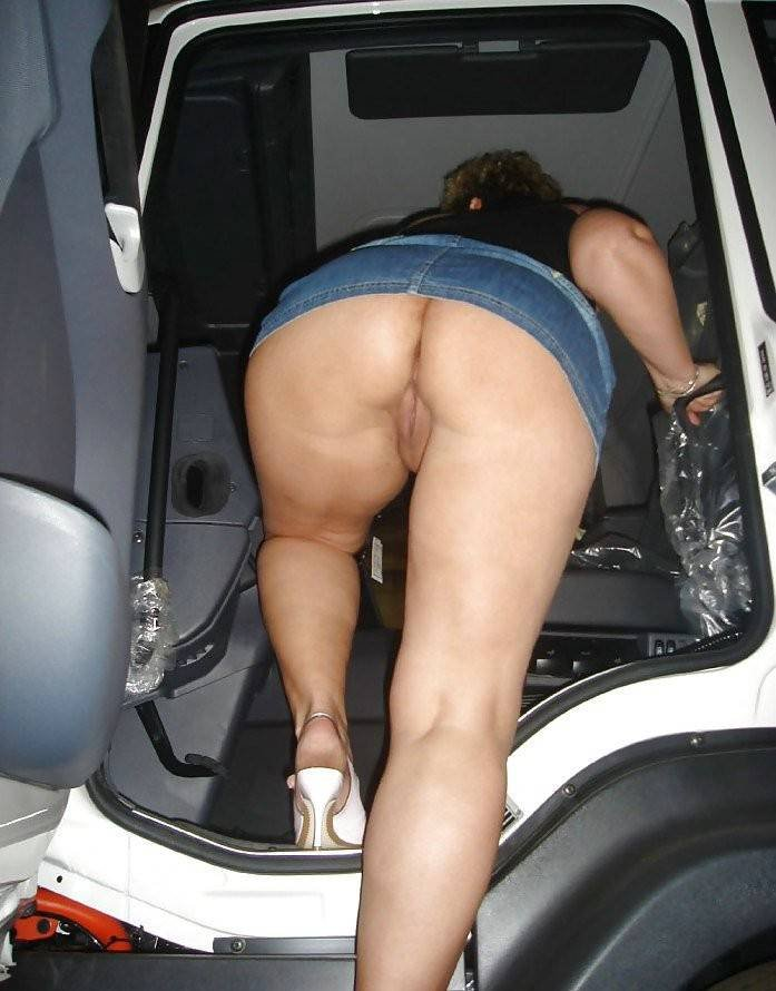 Женщина садится в авто в мини юбке без трусов светя своей жопой и вагиной