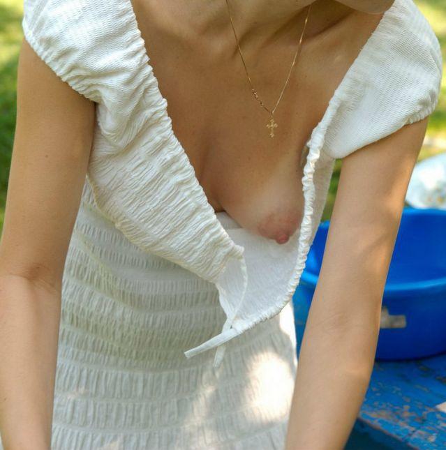 У незнакомки развязалось платье и оголилась сиська
