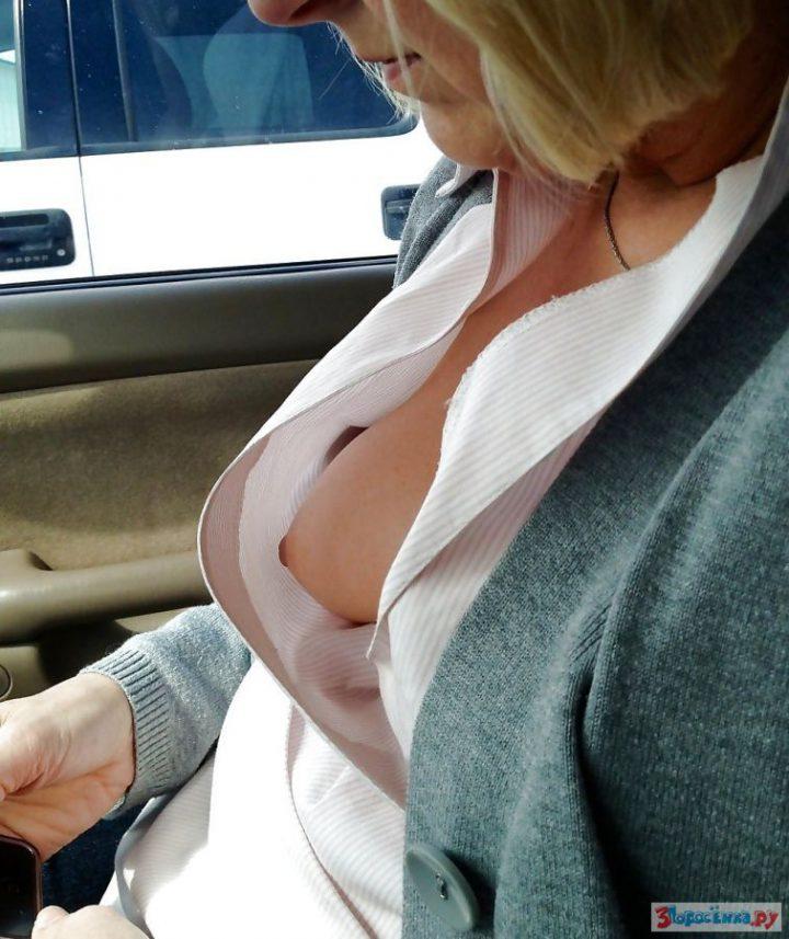 Женщина едет на авто и не замечает что видна ее грудь