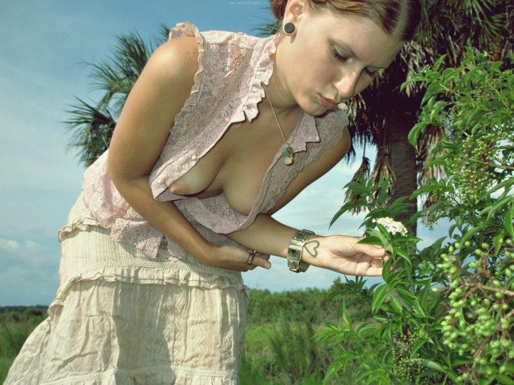 Интересная девушка не смогла спрятать свою грудь в блузке