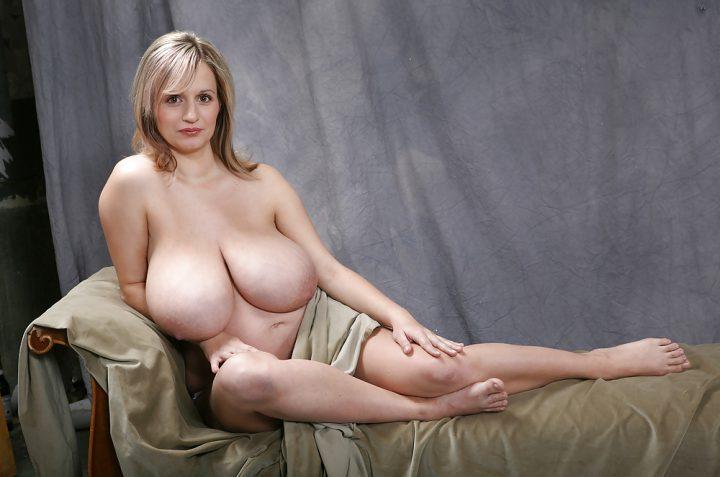 Прекрасная женщина позирует на фото с голыми мясистыми натуральными сиськами