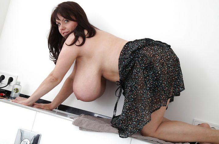 Зрелая женщина в юбке стоит раком и видно ее очень большие натуральные сиськи