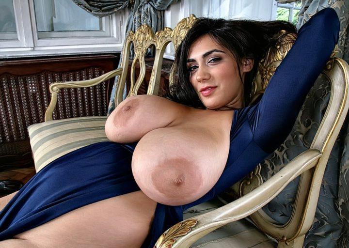 Развратная женщина в откровенном наряде с голыми настоящими большими сиськами