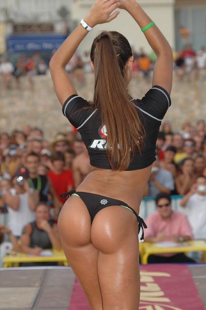 Красивая девушка с спортивной фигурой и отличной подтянутой попой