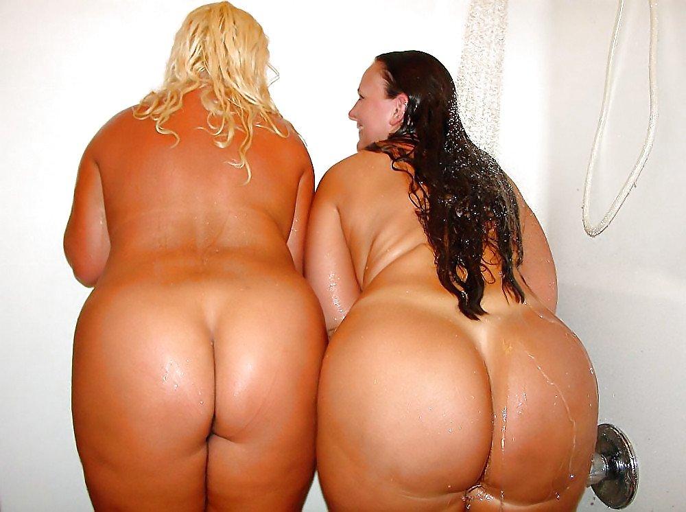 Две пышные подружки показывают большие голые жопы