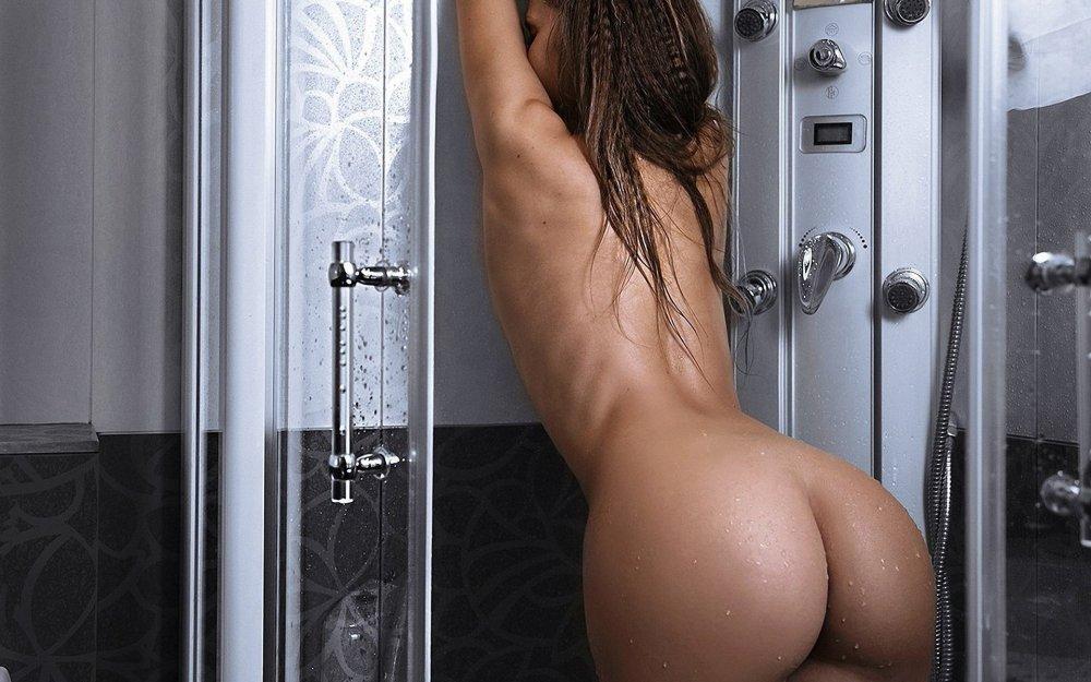 Девушка разделась и решила помыть свою голую большую жопу