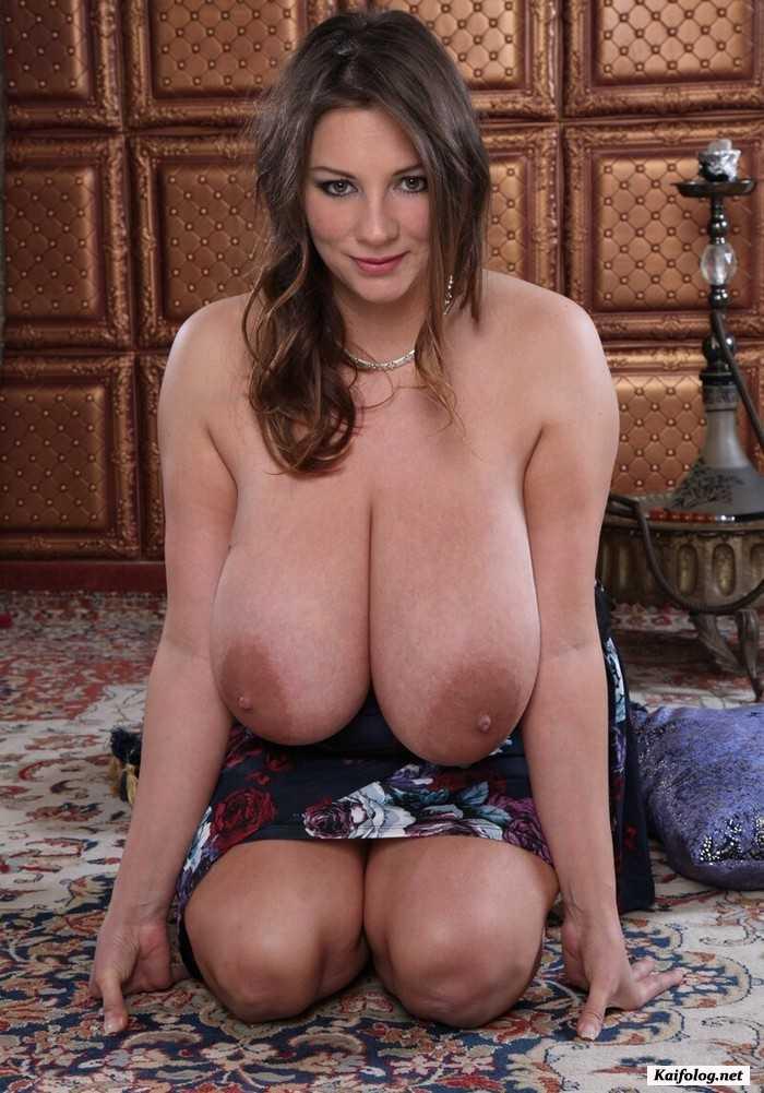 Аппетитная женщина с большими зрелыми сиськами и огромными ореолами сосков