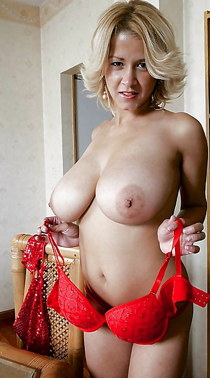 Женщина сняла красное белье и показала большие голые сиськи