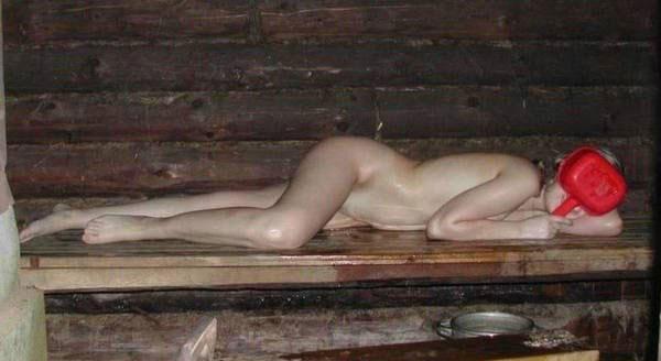 Незнакомка голая от стеснения в бане закрыла лицо ковшиком