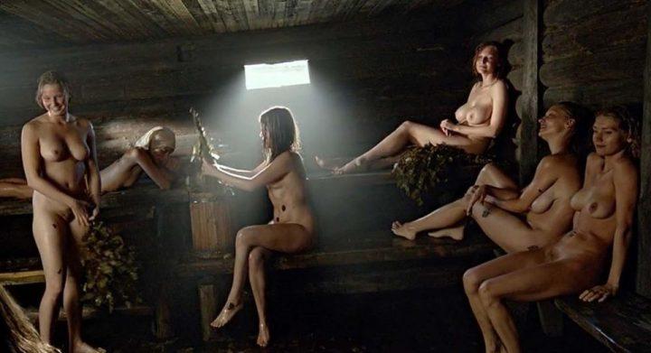 В большой бане отдыхают красивые обнаженные девушки
