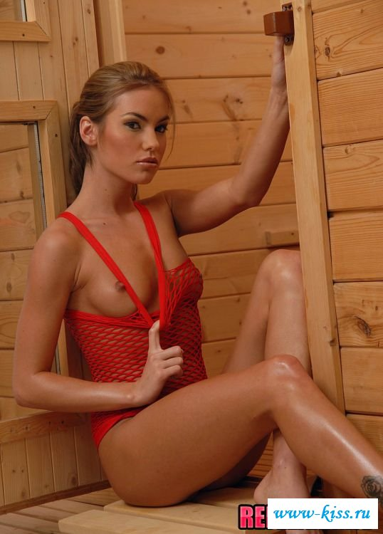 Девушка в красном сетчатом купальнике показала грудь