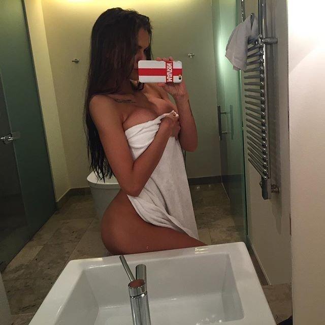 Девушка с голой попой делает селфи в ванной комнате