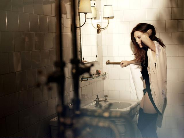 Сексапильная красивая женщина в эротическом белье стоит в ванной комнате