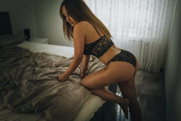 Девушка с красивым телом в соблазнительном белье залазит на кровать