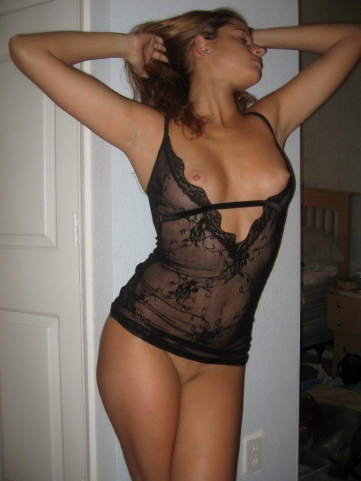 Молодая девушка в красивом прозрачном пеньюаре без трусов и с голыми сиськами