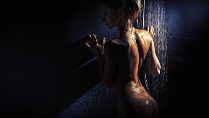 Соблазнительная красотка стоит под душем