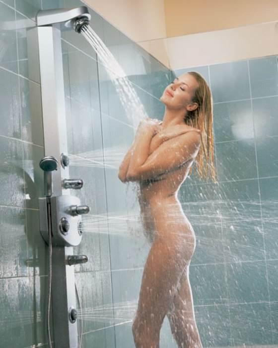Красивая девушка получает удовольствие под душем