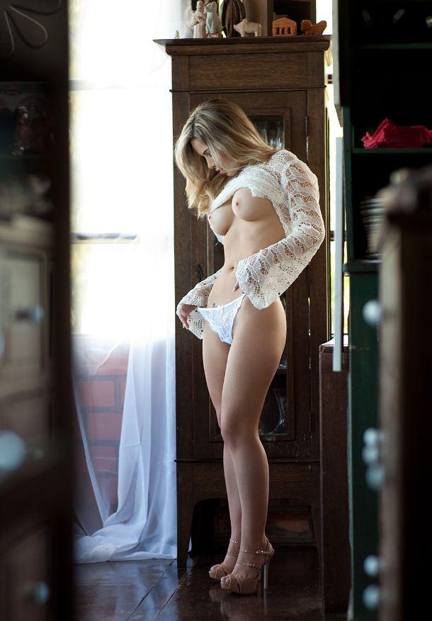 Девушка с голыми сиськами поправляет свои трусики и не видит что ее фотографируют