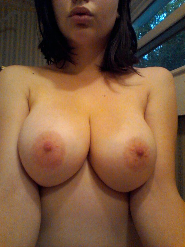 Незнакомая женщина фотографирует свои большие голые сиськи