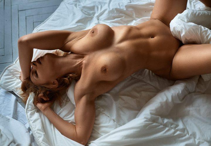 Сексуально возбужденная девушка голая на кровати