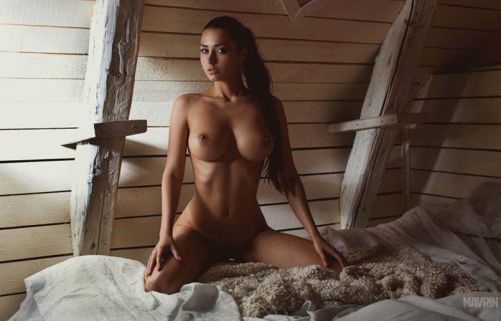 Красивая молодая девушка с сексуальной грудью