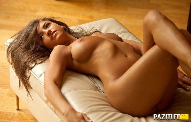 Молодая брюнетка сексуально поджала ноги