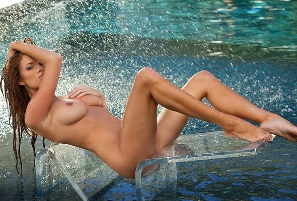 Сексуальная соблазнительница сидит на прозрачном стуле в воде