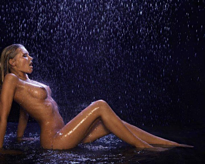 Стройная соблазнительница сидит в воде