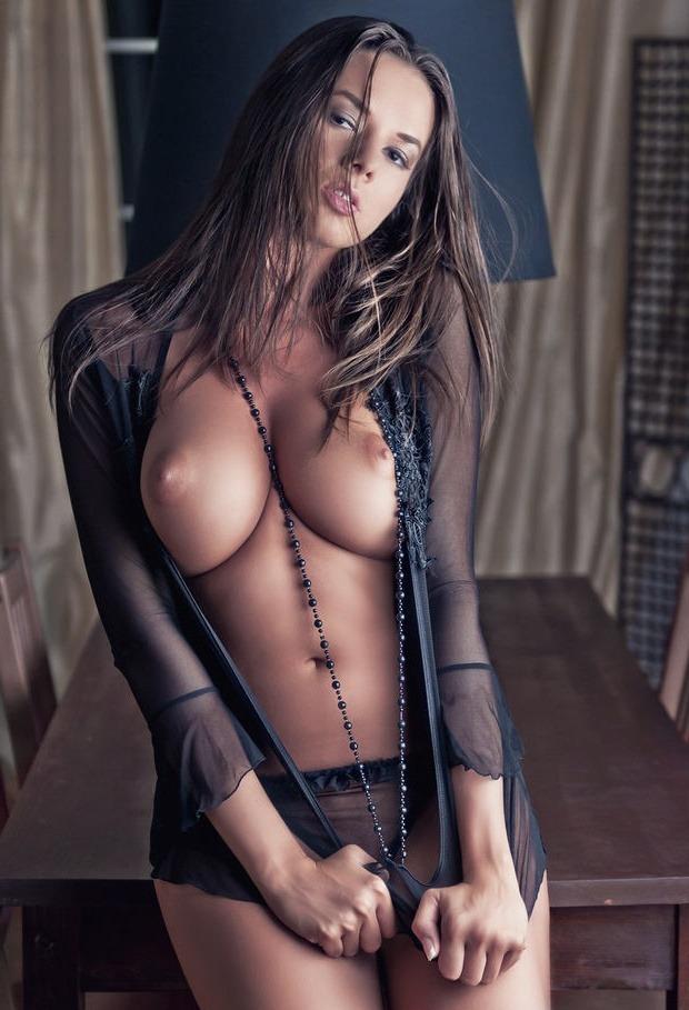 Красотка в прозрачной накидке и украшении с голыми сиськами