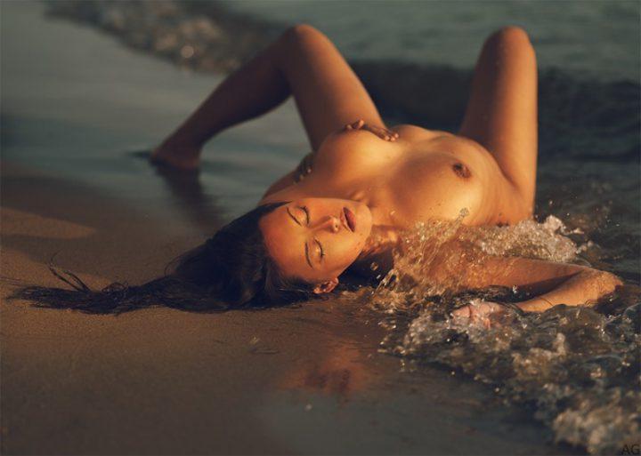Томная девушка отдыхает в море