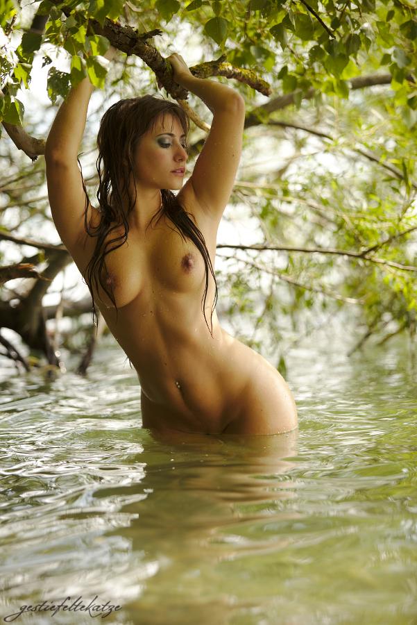 Сексуальная красотка с сережкой в пупке купается голая
