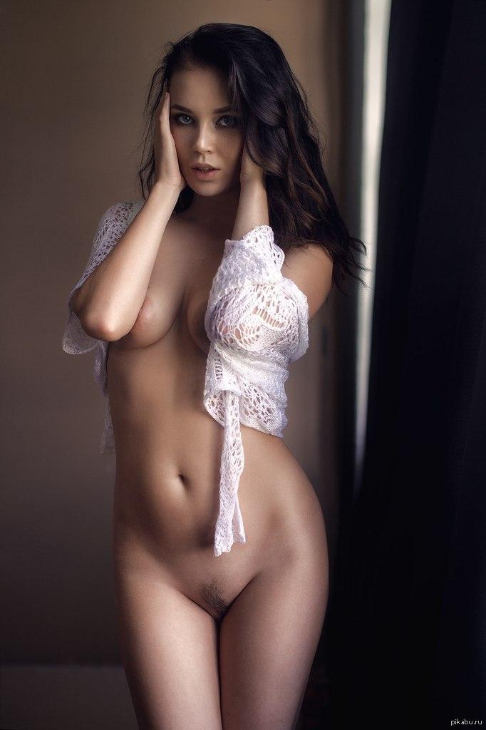 Красивая обнаженная девушка в одной кружевной накидке